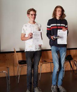 Christian und Theo mit den Urkunden
