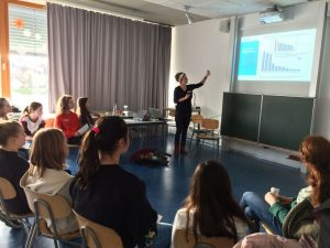 Lena Geisel präsentiert Fakten zur Jeansherstellung.